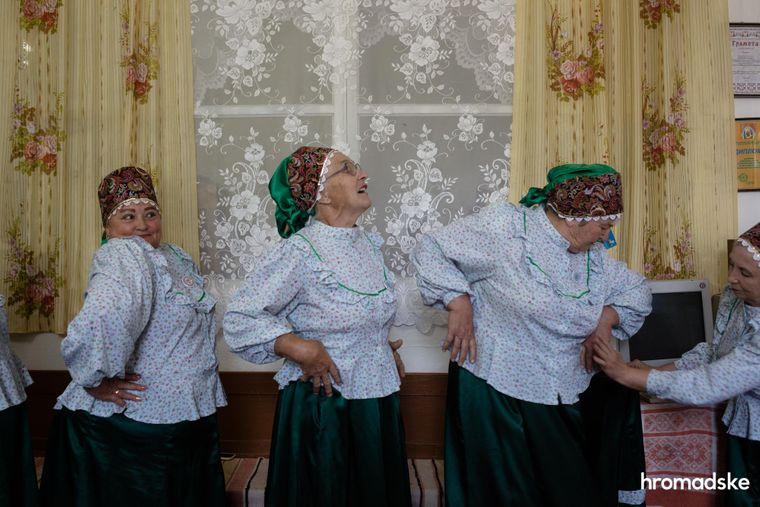 Колектив молоканок танцює у Музеї побуту першопоселенців села Нововасилівка Запорізької області