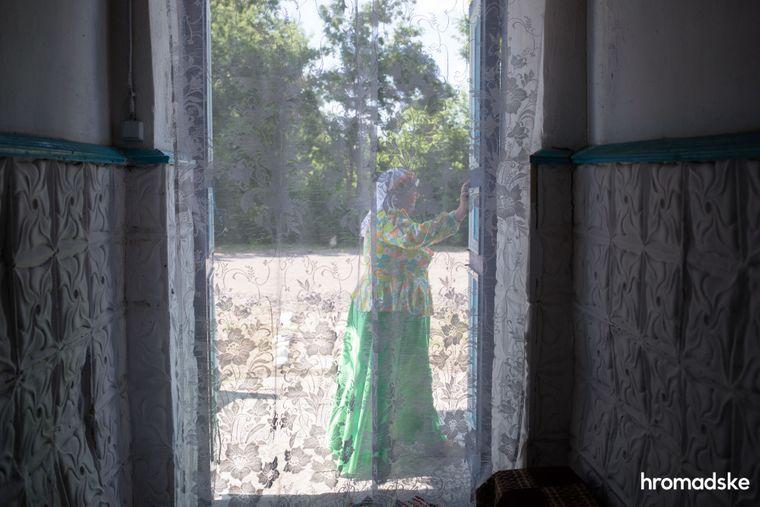 Учасниця колективу молокан відпочиває біля входу до Музею побуту першопоселенців села Нововасилівка Запорізької області