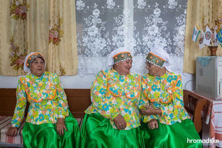 Жінки з національної спільноти молокан спілкуються у одній із кімнат Музею побуту першопоселенців села Нововасилівка Запорізької області