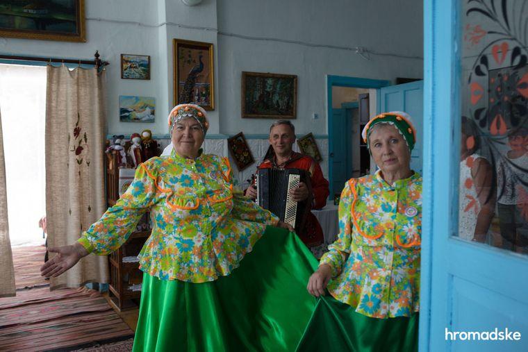 Колектив молокан виконує народну пісню у Музеї побуту першопоселенців села Нововасилівка Запорізької області