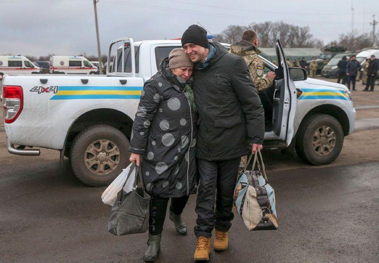 Українець, звільнений унаслідок обміну полонених між Україною та самопроголошеними «Л/ДНР», на контрольно-пропускному пункті Майорське, Донецька область, 29 грудня 2019 року