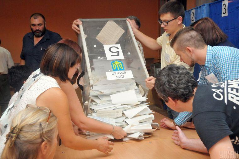 Члени виборчої комісії проводять підрахунок голосів на одній з виборчих дільниць під час позачергових виборів до Верховної Ради, в Харкові, 21 липня 2019 року