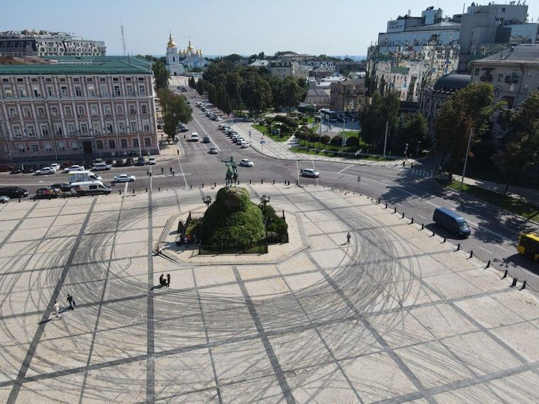 На Софийской площади авто дрифтовали и повредили покрытие. КГГА говорит:  Red Bull снимала рекламу — еще и без разрешения   Громадское телевидение    Громадское телевидение