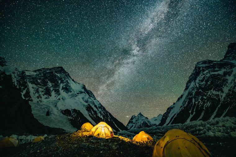 Типова ніч у базовому таборі за гарної погоди, 10 липня 2021 року