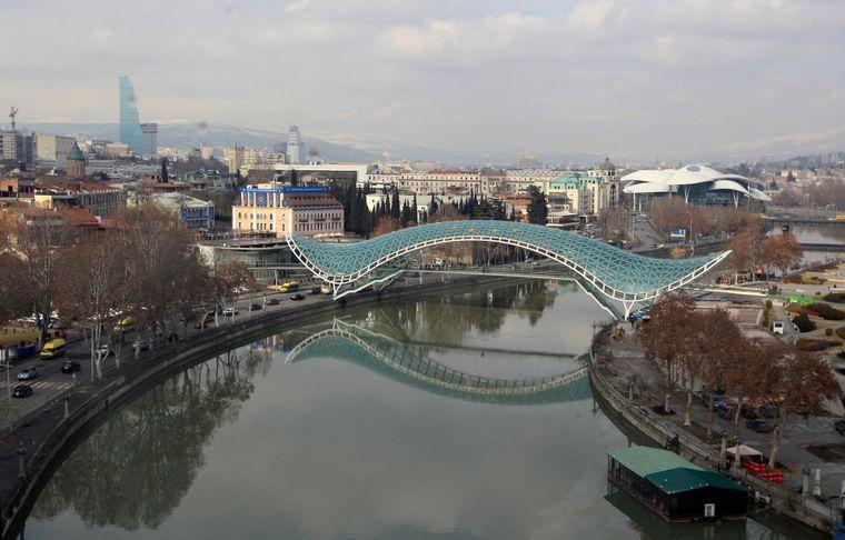 Міст Миру відображається у річці Кура у Тбілісі, Грузія, у вівторок, 14 лютого 2017 року.
