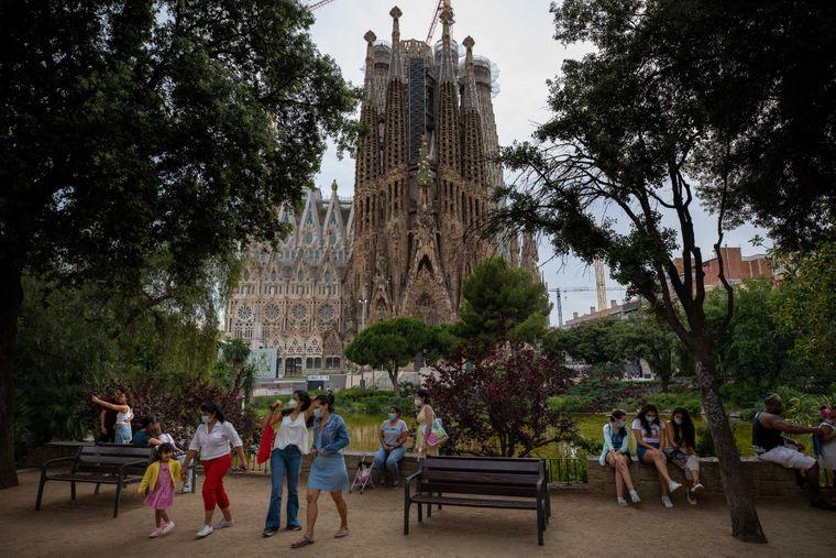 Місцеві відвідувачі насолоджуються парком біля базиліки Саграда Фамілія Антоніо Гауді в Барселоні, 31 травня 2020 року.