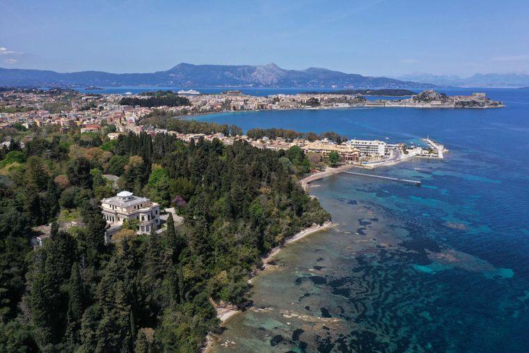 Палац Мон -Репос, нині музей, де 10 червня 1921 року народився британський принц Філіп, герцог Единбурзький, видно зверху на острові Корфу, на північному заході Греції, 12 квітня 2021 року.