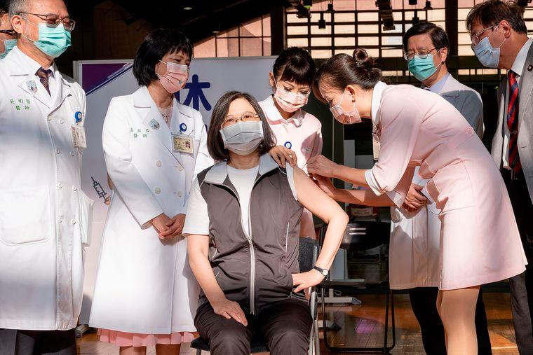 Президент Тайваня Цай Инвэнь получает первую дозу вакцины против коронавируса, производимой компанией Medigen Vaccine Biologics Corp. 23 августа 2021 года