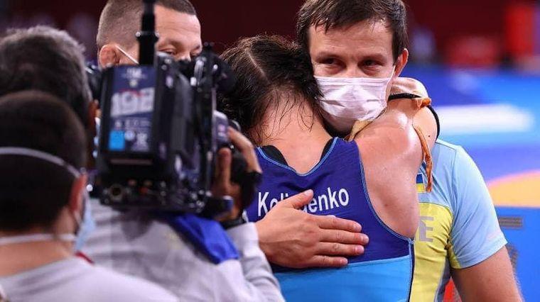 Українська борчиня Ірина Коляденко обіймає свого тренера Володимира Яременка