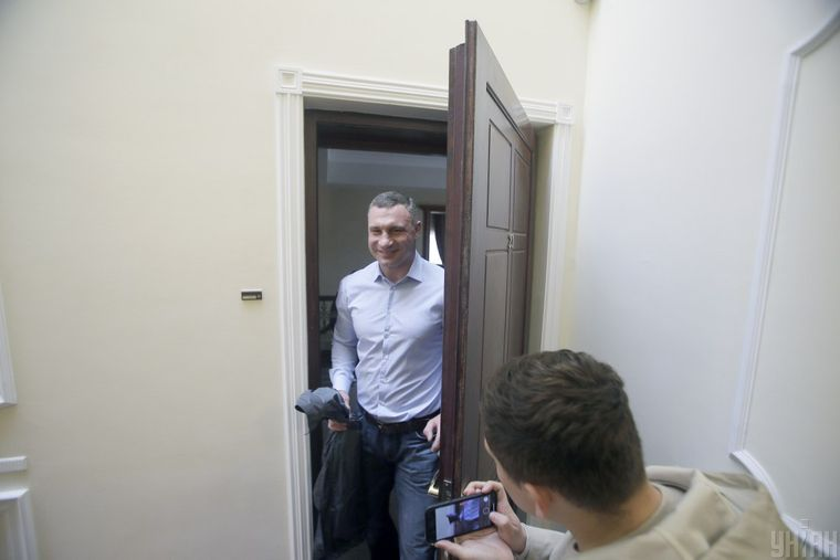 Мер Києва Віталій Кличко виходить зі своєї квартири в будинку, куди навідалися з обшуком правоохоронці, Київ, 18 травня 2021 року