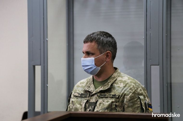 Подозреваемый заместитель командира воинской части А4104 по летной подготовке Роман Куценко в Печерском районниму суде Киева, 27 августа 2021 года