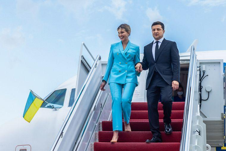 Президент України Володимир Зеленський разом із дружиною Оленою виходять із літака після прибуття до США