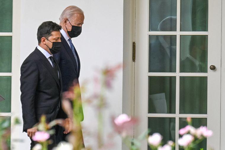 Президент США Джо Байден і президент України Володимир Зеленський розмовляють на території Білого дому