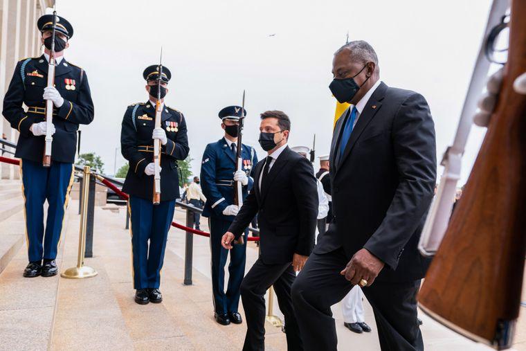 Міністр оборони США Ллойд Остін йде з президентом України Володимиром Зеленським у Пентагон