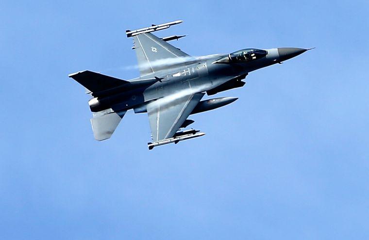 Американський військовий винищувач F-16 бере участь у місії НАТО Балтійської авіаційної поліції НАТО на полігоні Тапа, приблизно за 70 кілометрів від Таллінна, Естонія, 8 квітня 2015 року