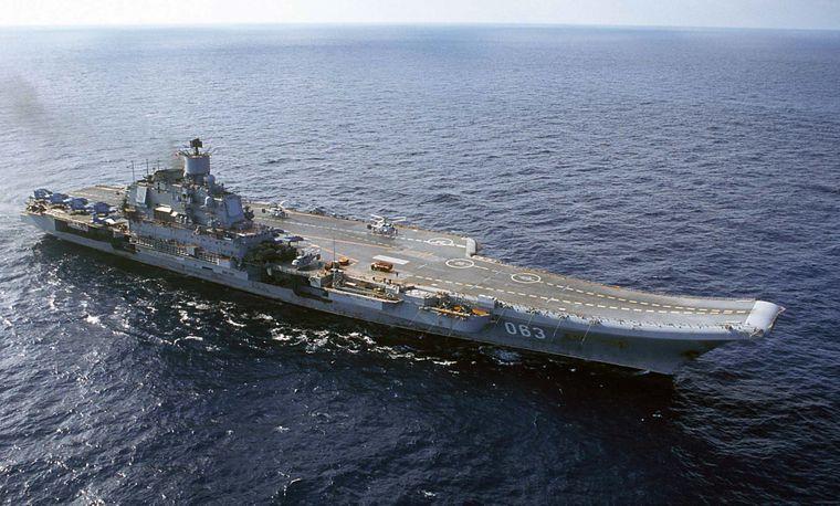Авіаносець «Адмірал Кузнєцов» пливе Баренцевим морем у Росії, 2004 рік