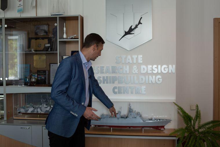 Дмитро Буссов показує модель українського корвета проєкту 58250