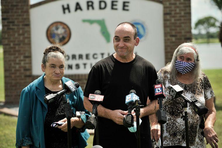 56-річний Роберт Дюбуа (у центрі) дає інтерв'ю поруч із матір'ю (справа) і сестрою після того, як його випустили із в'язниці, де він відбув 37 років через помилкове засудження за зґвалтування та вбивство, штат Флорида, 27 серпня 2020 року