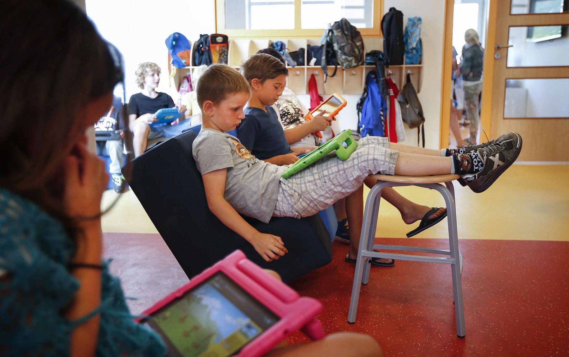 Учні молодшої школи із планшетами у перші дні навчання у місті Снек, північні Нідерланди, 21 серпня 2013 року. З 2012 року деякі школи у Нідерландах розпочалися з так званого курсу «освіта нового часу» — програми, в якій використання iPad грає важливу роль. Діти навчаються, граючи, отримуючи навички, які будуть корисні для них у майбутньому