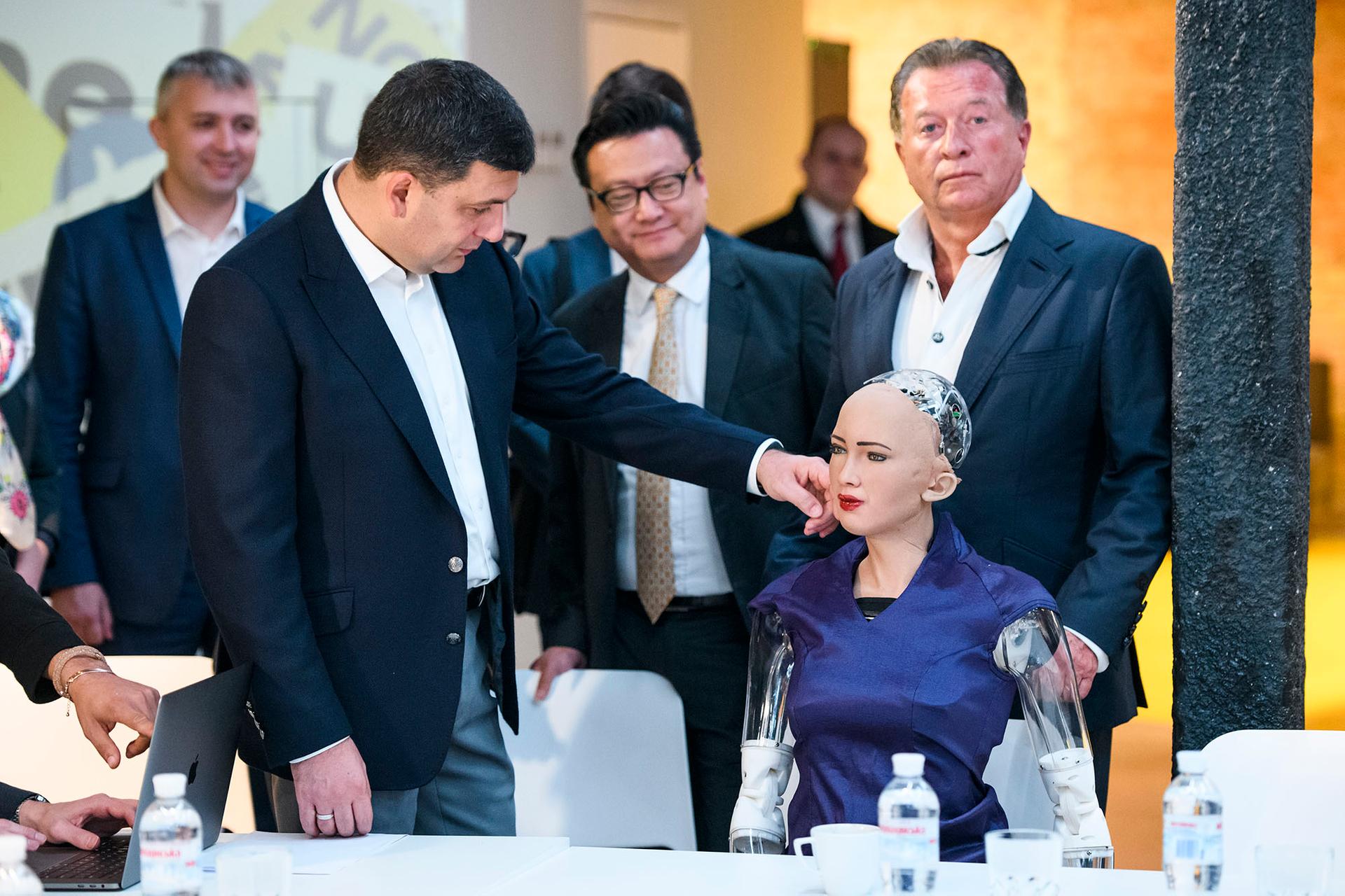 Прем'єр Гройсман та робот Софія