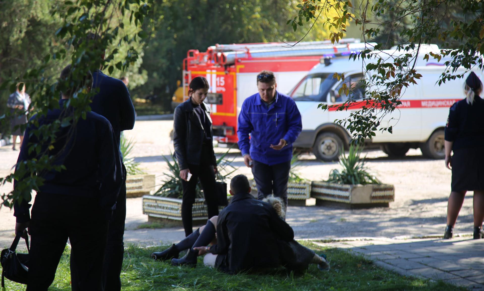 Медики та рятувальники прибули на місце вибуху та стрілянини в коледжі Керчі, 17 жовтня 2018