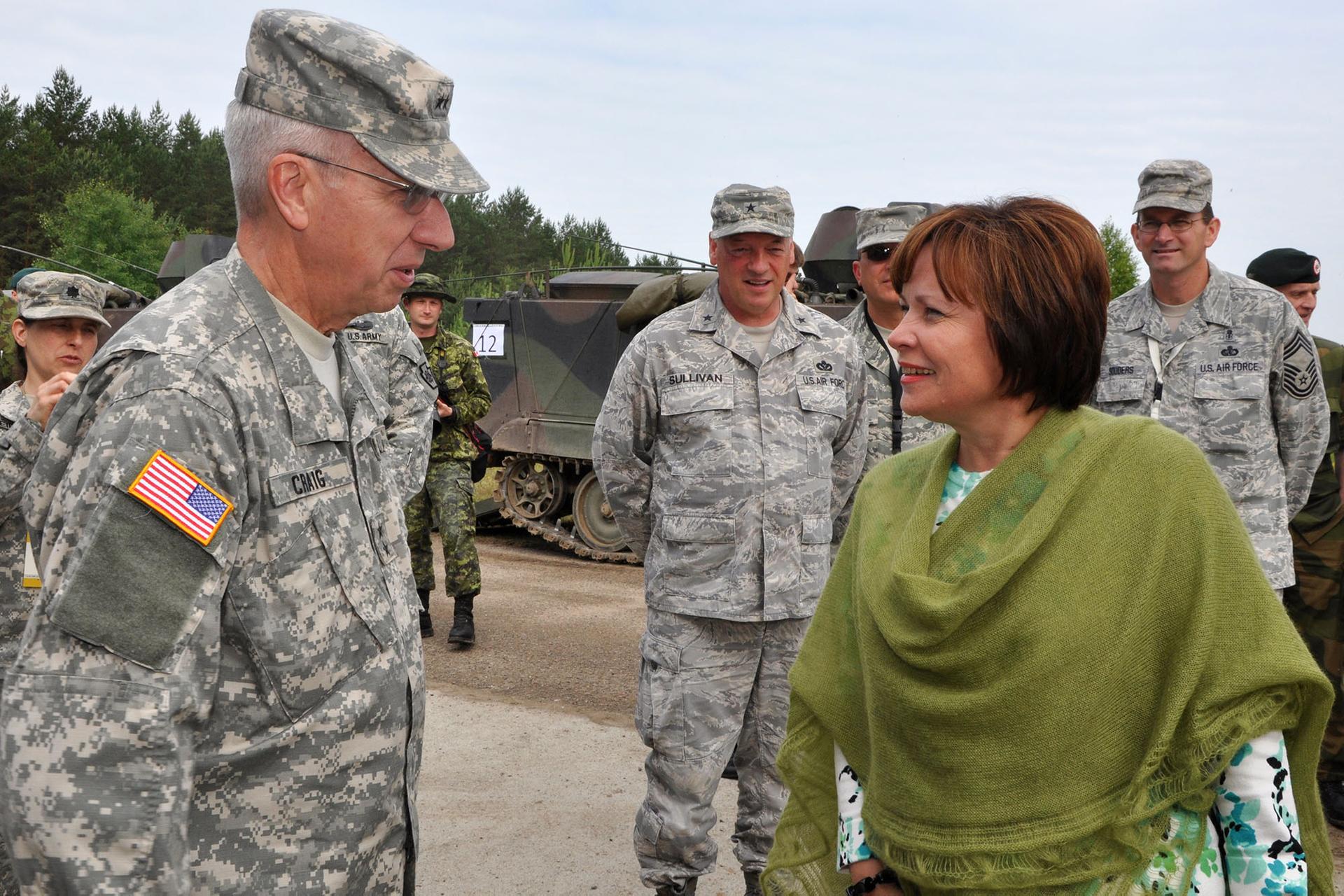 Президентка Парламентської асамблеї НАТО, колишня міністерка оборони Литви Раса Юкнявічене (праворуч) із американськими військовими під час спільних військових навчань НАТО на полігоні неподалік литовського міста Пабраде, 21 червня 2011 року