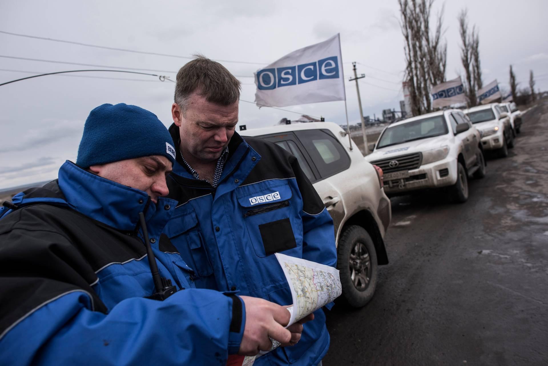 Александр Хуг (праворуч) із членами місії ОБСЄ неподалік смт Сєверний, Луганська область, 19 березня 2016