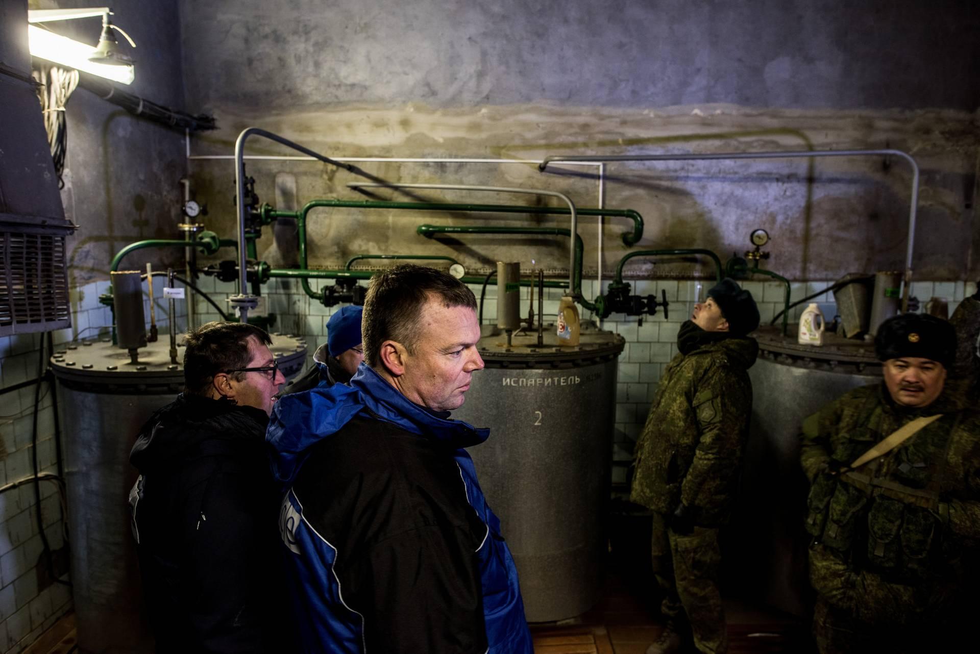 Александр Хуг (в цнетрі) на Донецькій фільтрувальній станції. Підприємство розташоване між Авдіївкою та Ясинуватою та постачає воду для близько 400 000 людей у цьому районі. Через обстріли робота станції часто переривається, що спричиняє брак води в Авдіївці, Ясинуватій та окремих районах окупованого Донецька, 13 грудня 2016 року