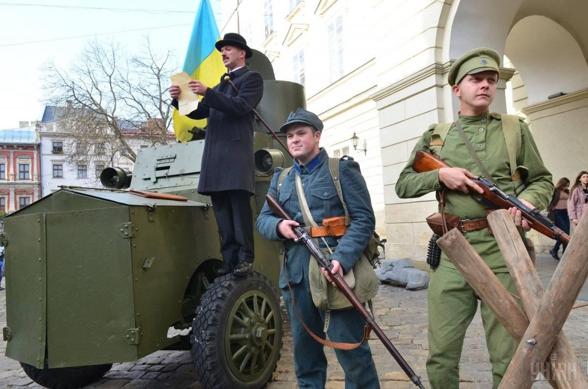 Реконструктори в уніформі Галицької армії під час військово-історичної реконструкції з нагоди святкування 100-річчя ЗУНР у Львові, 31 жовтня 2018 року