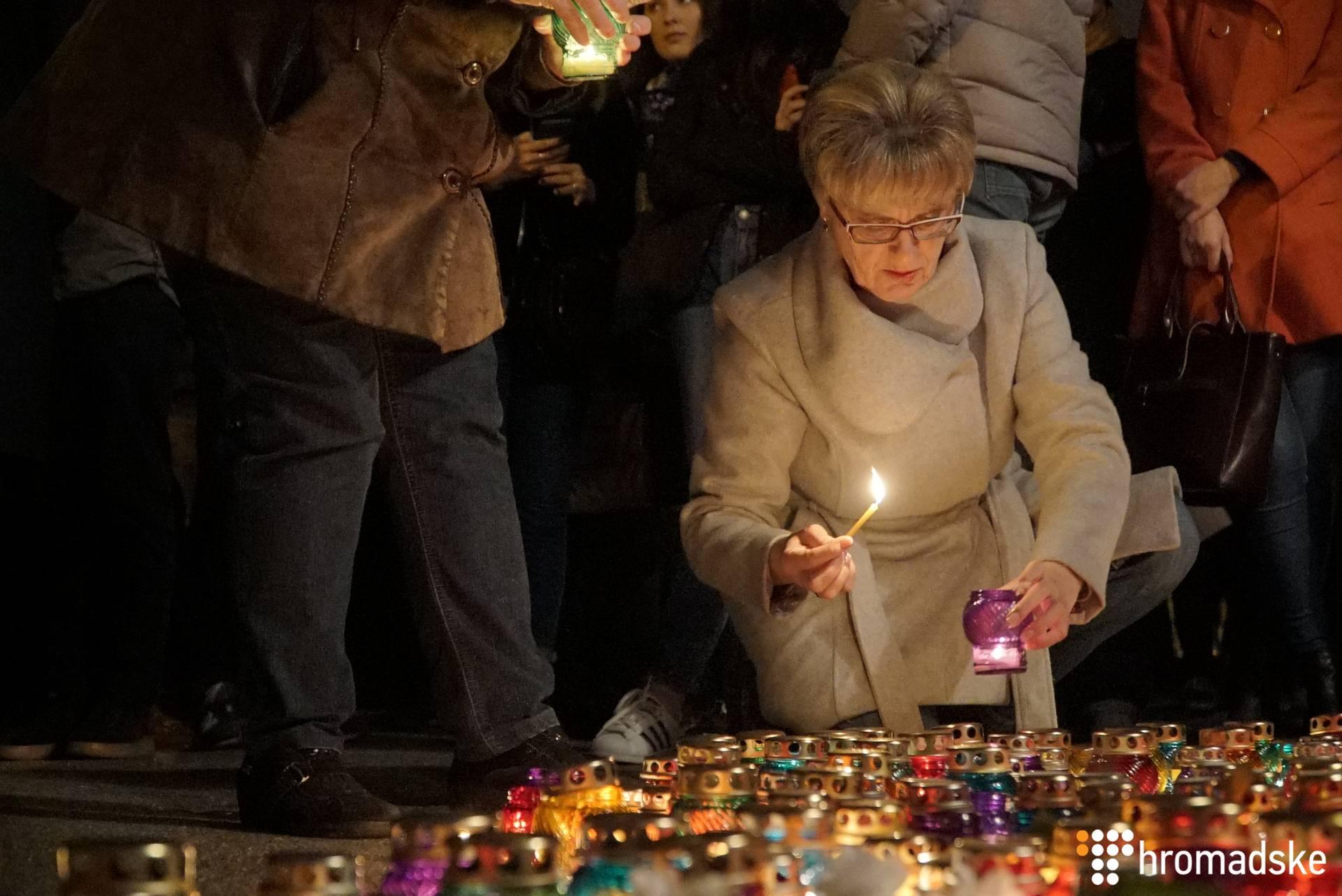 У Києві під будівлею Міністерства внутрішніх справ друзі радниці міськголови Херсона Катерини Гандзюк та небайдужі вийшли на акцію її пам'яті, 4 листопада 2018 року