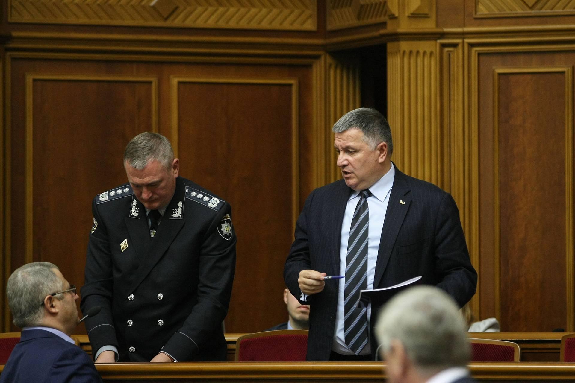 Голова Національної поліції України Сергій Князєв (ліворуч) та міністр внутрішніх справ Арсен Аваков теж прийшли в Раду відзвітуватись про перебіг розслідування, Київ, 6 листопада 2018 року