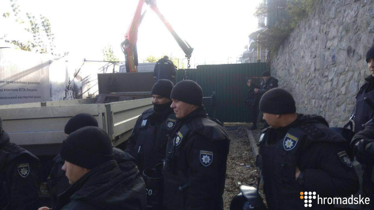 Поліція під час демонтажу паркану на території забудови на Андріївському узвозі