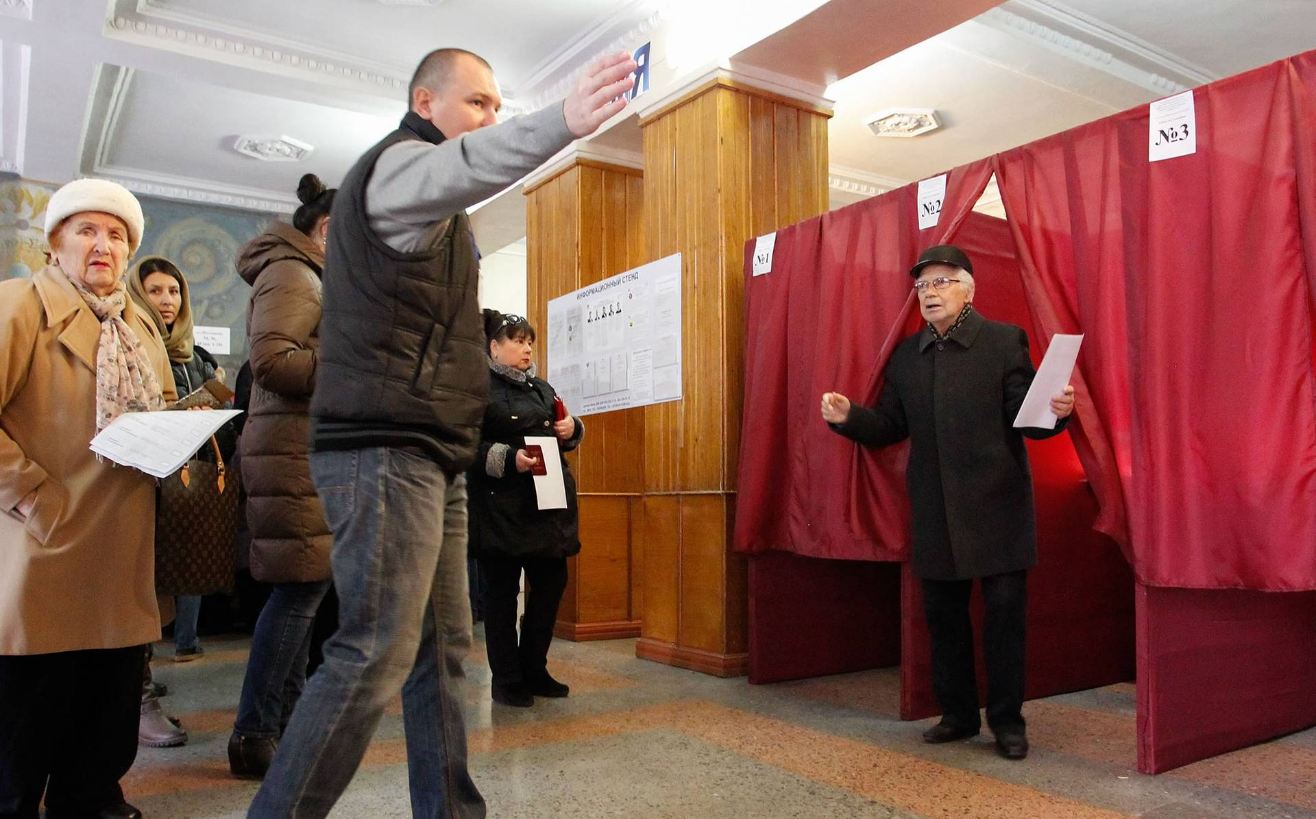 Місцеві жителі «голосують» на виборчій дільниці в окупованому Донецьку під час «виборів» ватажків самоназваних республік, 11 листопада 2018 року