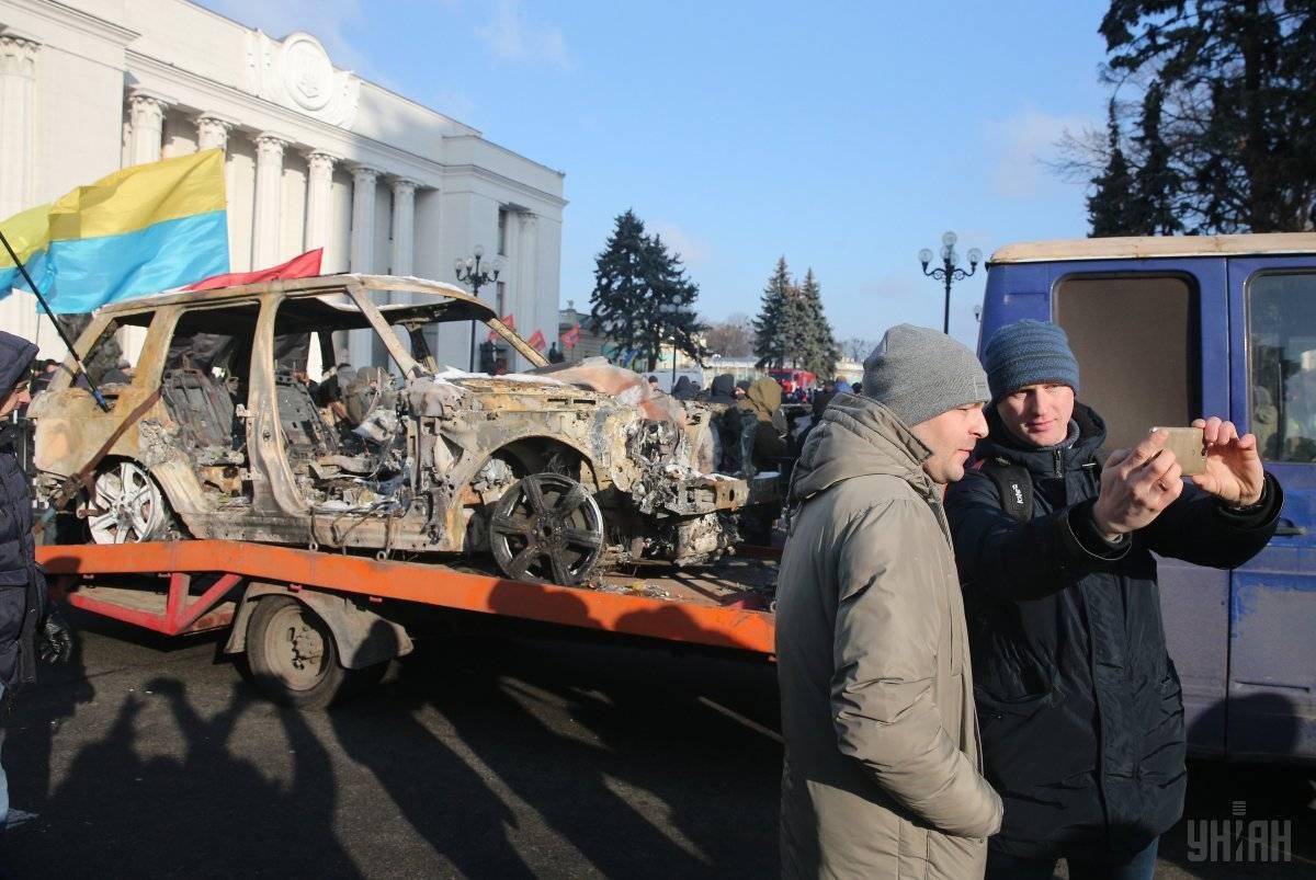 Спалений джип Range Rover голови ГО «Авто Євро Сила» Олега Ярошевича на евакуаторі під час акції протесту «За доступне авто» біля будівлі Ради у Києві, 20 листопада 2018 року