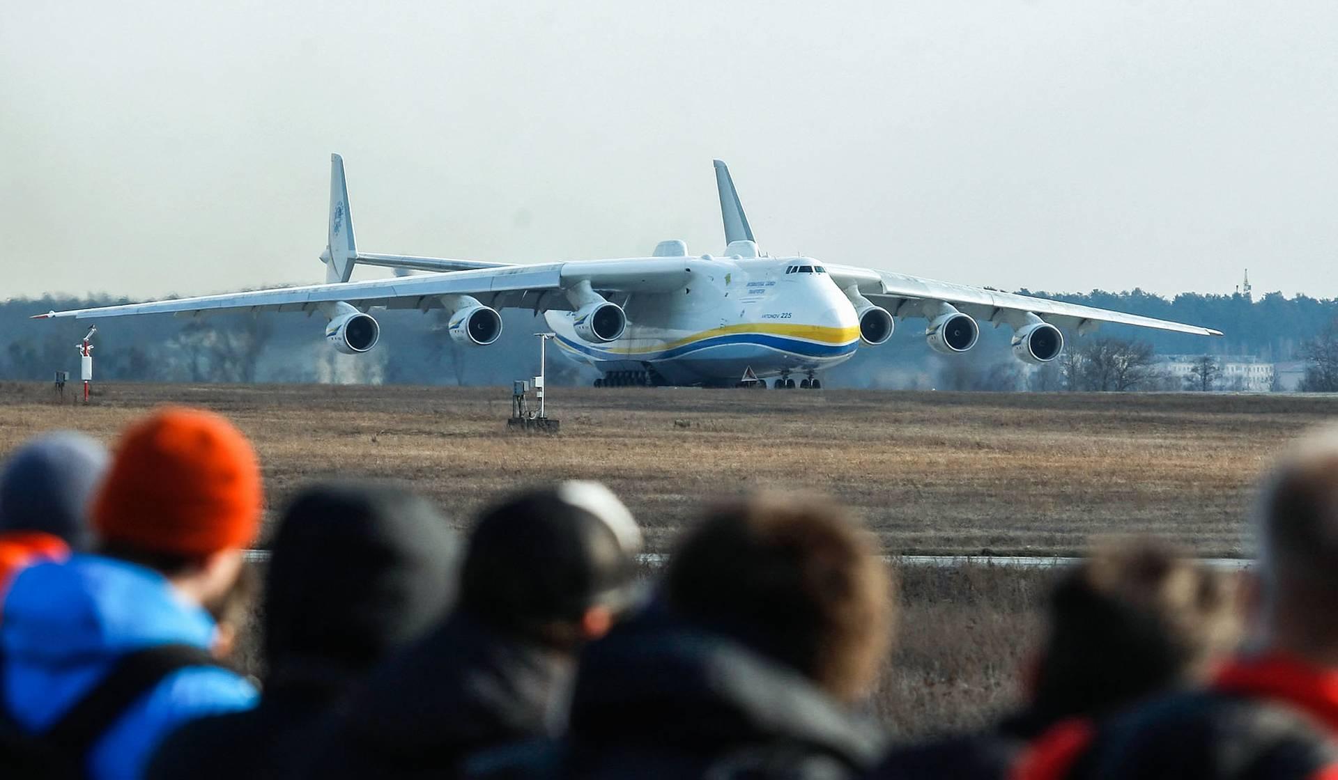 Літак Ан-225 «Мрія» вилітає з аеропорту «Гостомель» неподалік Києва, 3 квітня 2018 року