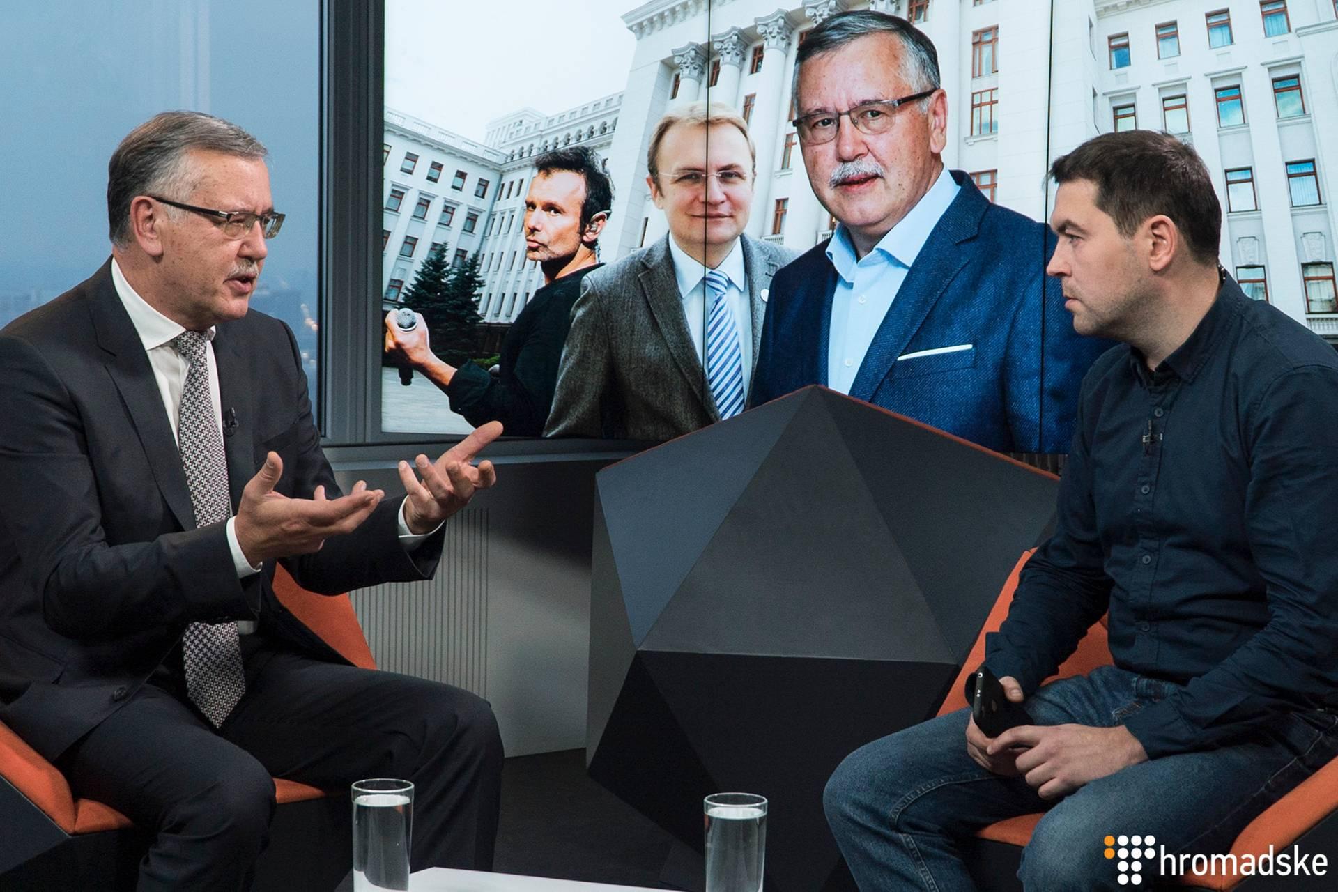 Лідер партії «Громадянська позиція» Анатолій Гриценко (ліворуч) і журналіст Громадського Максим Каменєв у студії Громадського, Київ, 22 листопада 2018 року