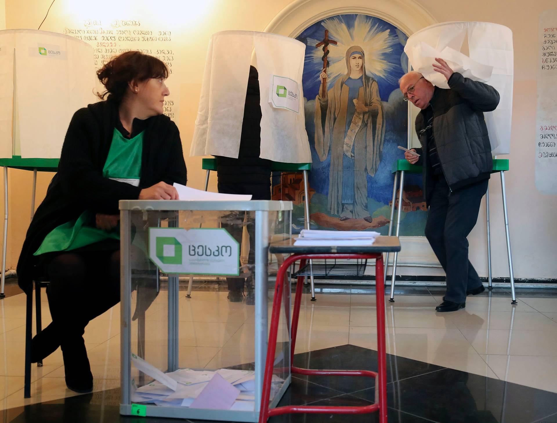 Виборча дільниця у у Тбілісі під час другого туру президентських виборів, Грузія, 28 листопада 2018 року