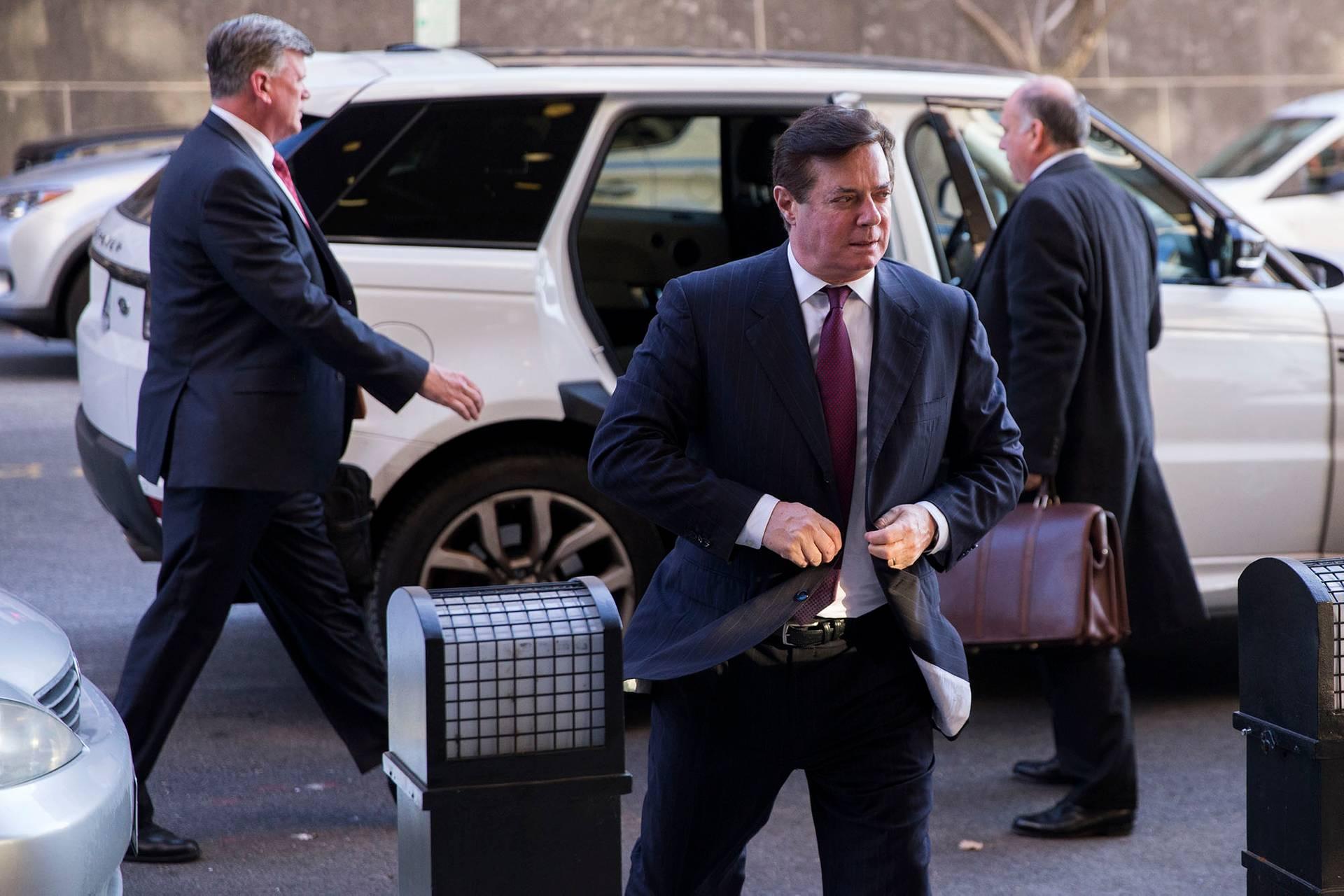 Бывший глава штаба Трампа Пол Манафорт (в центре) со своими адвокатами прибыл на слушания в федеральный суд в Вашингтоне, округ Колумбия, США, 11 декабря 2017