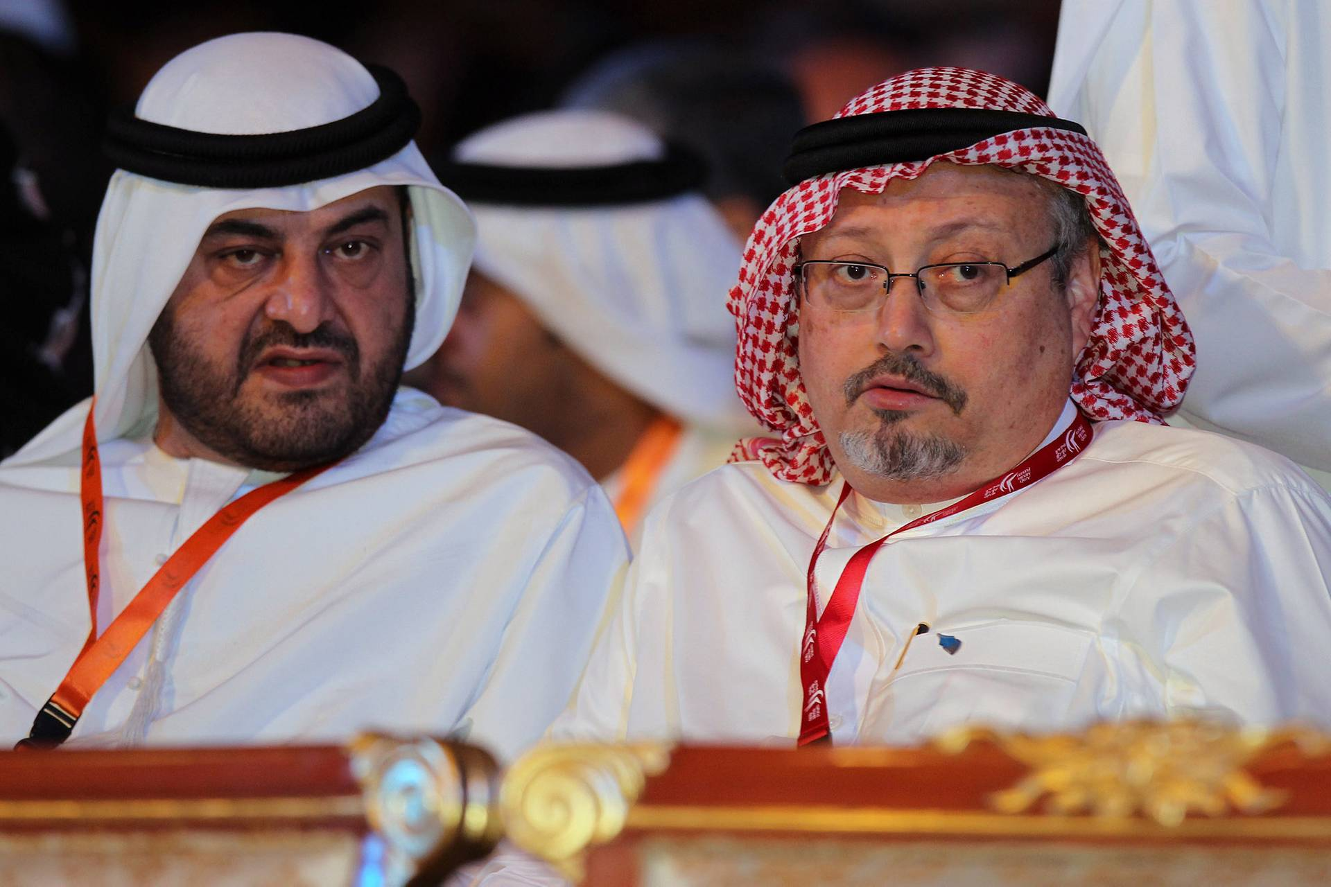 Саудівський журналіст і колишній головний редактор газети «Аль-Ватан» Джамаль Хашогджі (праворуч), Дубаї, ОАЕ, 8 травня 2012 року. Саудівський журналіст Джамаль Хашогджі, відомий своєю критикою влади Саудівської Аравії, зник 2 жовтня 2018 року після візиту до консульства Саудівської Аравії в Стамбулі. Про зникнення повідомила його наречена. 19 жовтня Саудівська Аравія вперше визнала, що Хашогджі випадково вбили в консульстві у Стамбулі. 26 жовтня Саудівська Аравія визнала, що вбивство журналіста було умисним