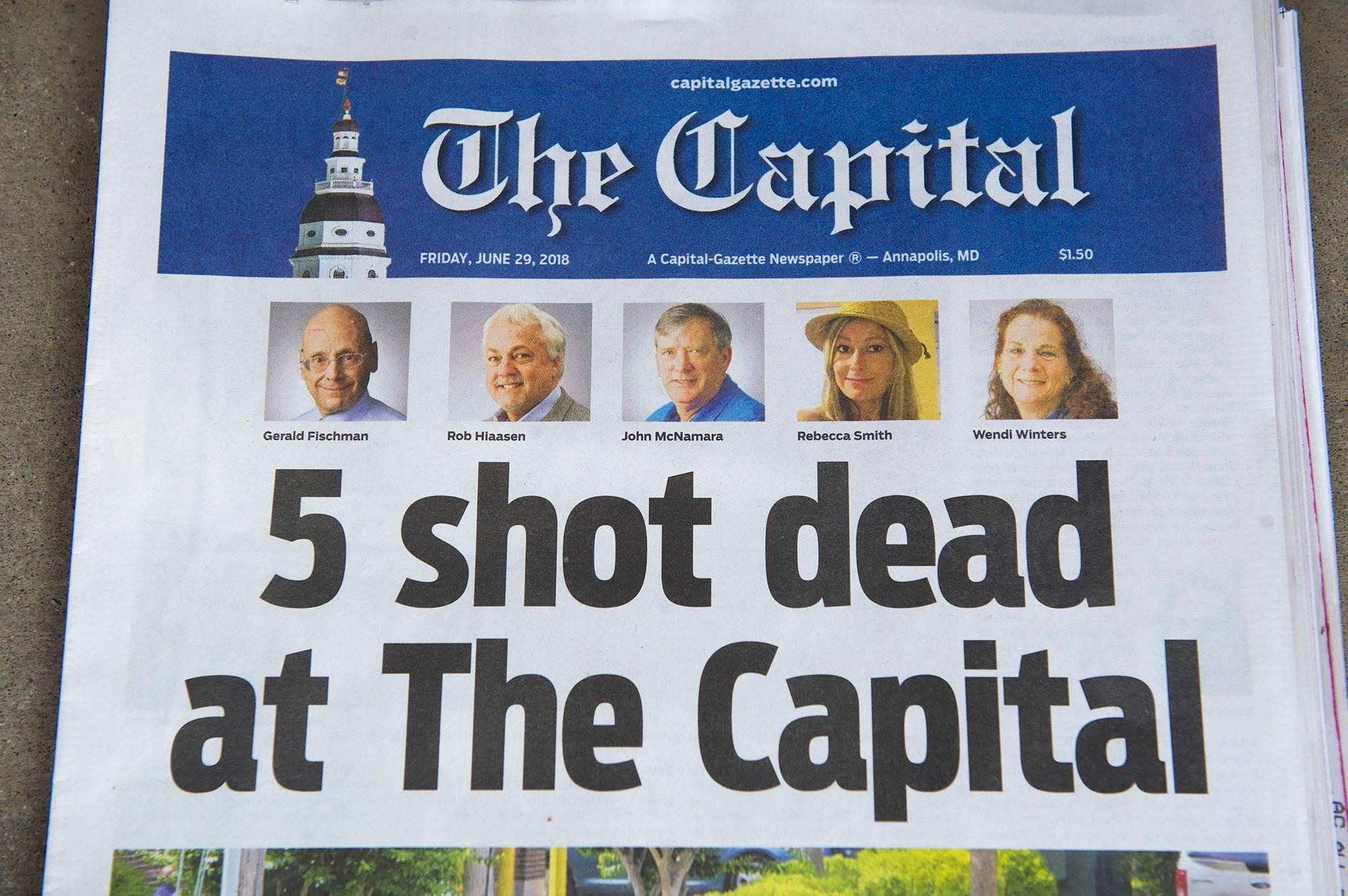 Перша шпальта газети The Capital Gazette 29 червня 2018 року, Аннаполіс, штат Меріленд, США, 29 червня 2018 року. 28 червня п'ятеро співробітників різних редакцій видання загинули та ще двоє дістали поранення унаслідок стрілянини в редакції газети у штаті Меріленд. Стрілянину влаштував 38-річний Джерод Уоррен Рамос, який протягом трьох років судився із газетою, та зрештою програв