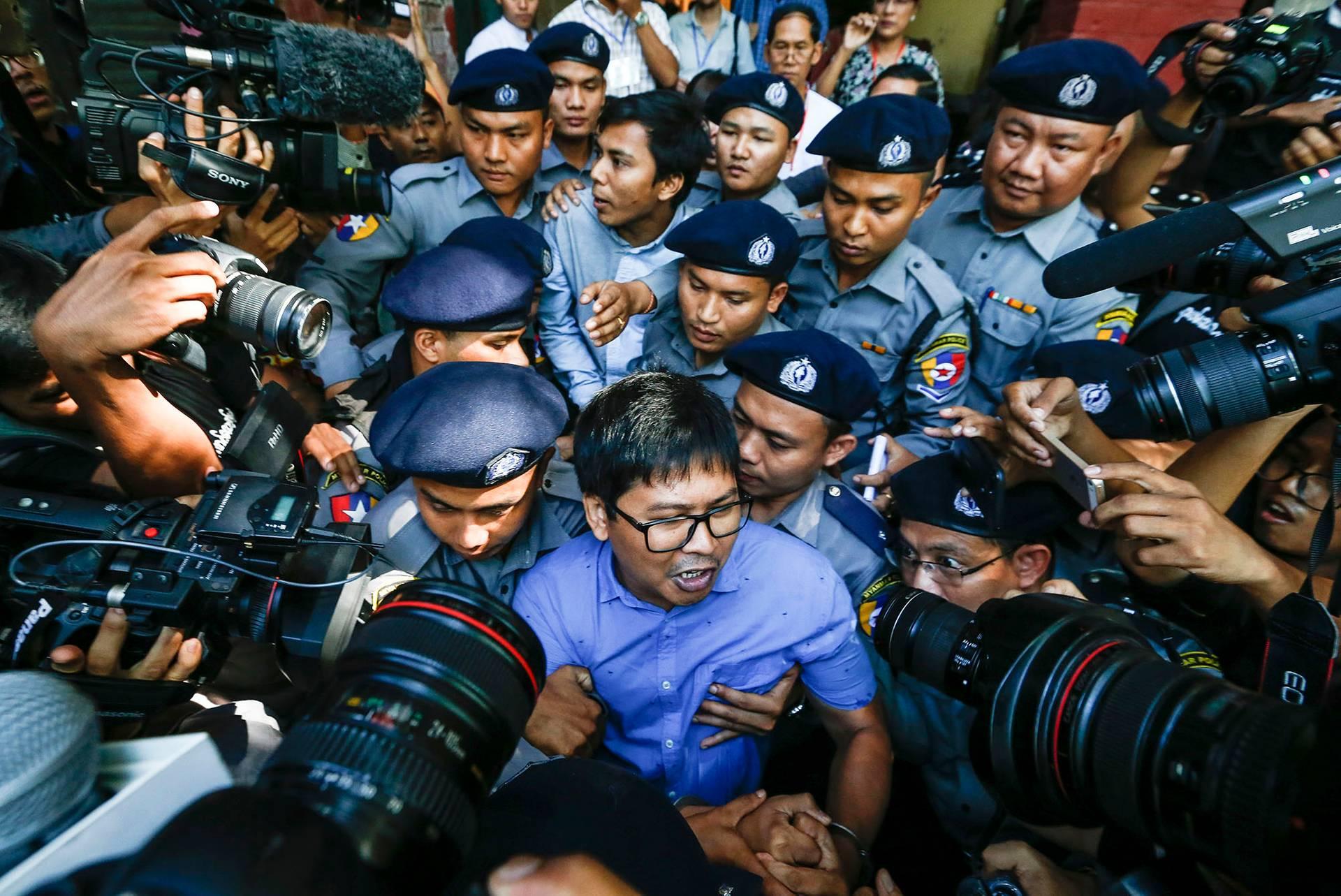 Журналісти Reuters, яких засудили у М'янмі до 7 років ув'язнення за розслідування геноциду рохінджа — Ва Лон (в центрі на предньому плані) і Кья Со Оо (в центрі на задньому плані) в оточенні поліції після засідання суду, Янгон, М'янма, 10 січня 2018 року