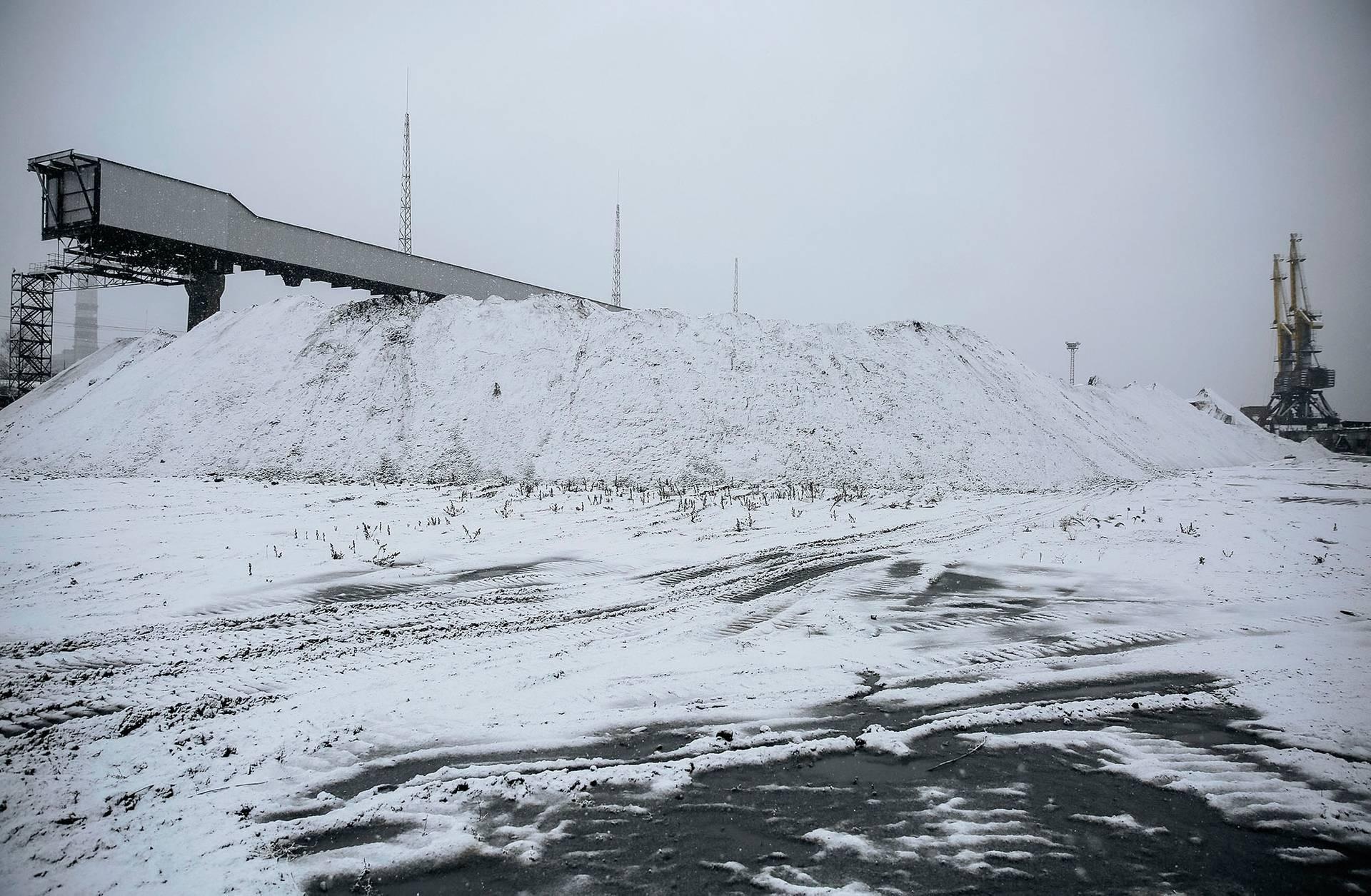 Великі купи південноафриканського вугілля, вкриті снігом на терирорії Трипільської ТЕС «Центренерго» у місті Українка, Київська область 11 лютого 2016 року