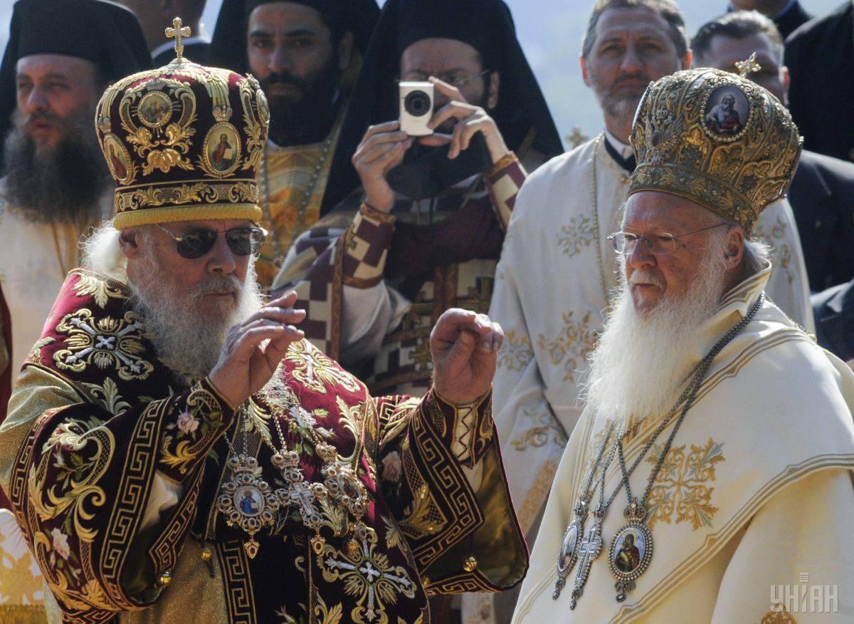 Вселенський патріарх Варфоломій (праворуч) та патріарх РПЦ Алексій ІІ (ліворуч) під час святкової літургії на Володимирській гірці у Києві з нагоди 1020-ї річниці хрещення Русі,  27 липня 2008 року