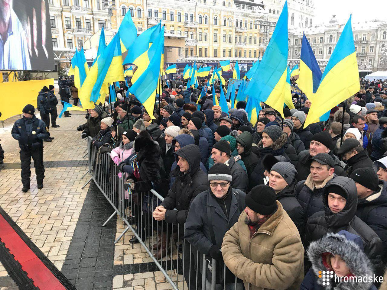 Віряни на Софійській площі в очікуванні початку Об'єднавчого собору