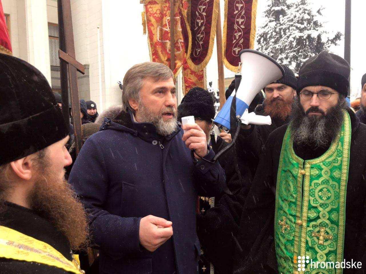 Депутат від «Опозиційного блоку» Вадим Новинський на акції УПЦ МК