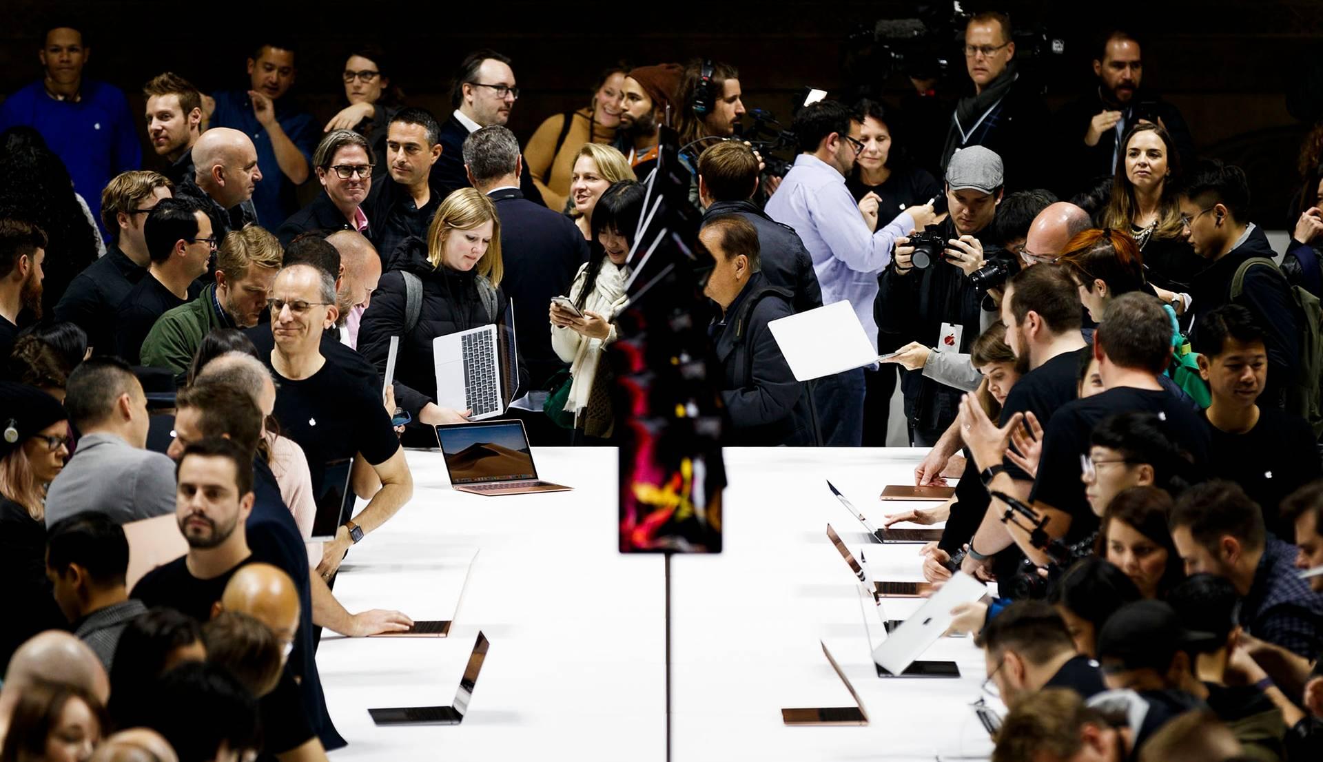 У Facebook заявили, що розглядають такі компанії як Apple, Amazon, Blackberry чи Yahoo як інтеграційних партнерів, а співпраця полягає у тому, щоб на платформах партнерів користувачі могли отримати доступ до свого акаунту (на фото — презентація нових продуктів Apple в Брукліні, Нью-Йорк, США, 30 жовтня 2018 року)