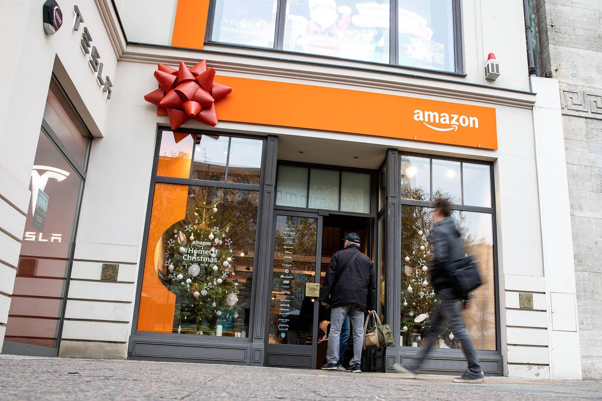 Amazon, за даними розслідувачів New York Times, отримав доступ до контактної інформації про користувачів Facebookчерез їхніх друзів (на фото — люди заходять до сезонного магазину Amazon у центральному торговому центрі в Берліні, Німеччина, 22 листопада 2018 року)