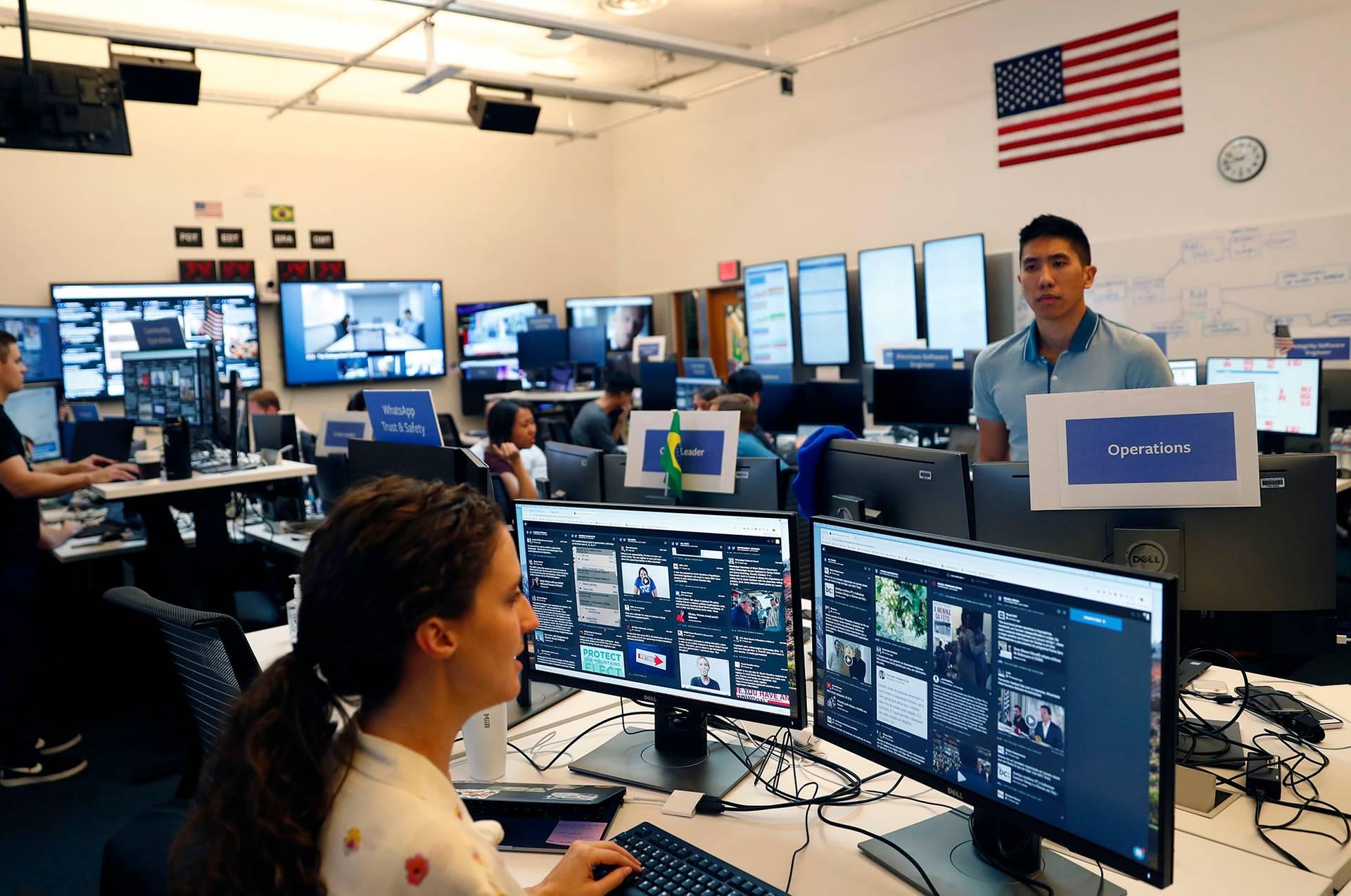 Эксперты и аналитики Facebook во вновь War Room (Военная комната) в Менло-Парк, Калифорния, США, 17 октября 2018 года. Facebook создала специальный отдел (War Room), который борется с дезинформацией и попытками распространения фейков через соцсети
