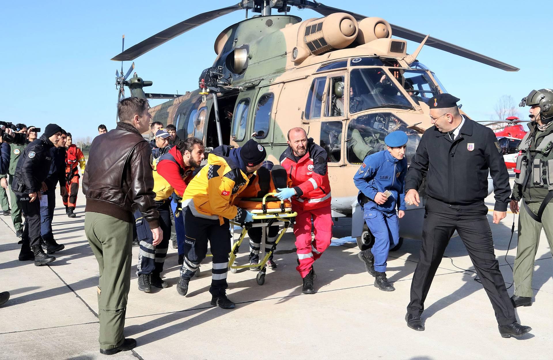 Рятувальники і медики транспортують чоловіка, якого вдалось витягти із води після аварії вантажного судна Volgo Balt 214 біля біля берегів турецької провінції Самсун, 7 січня 2019 року