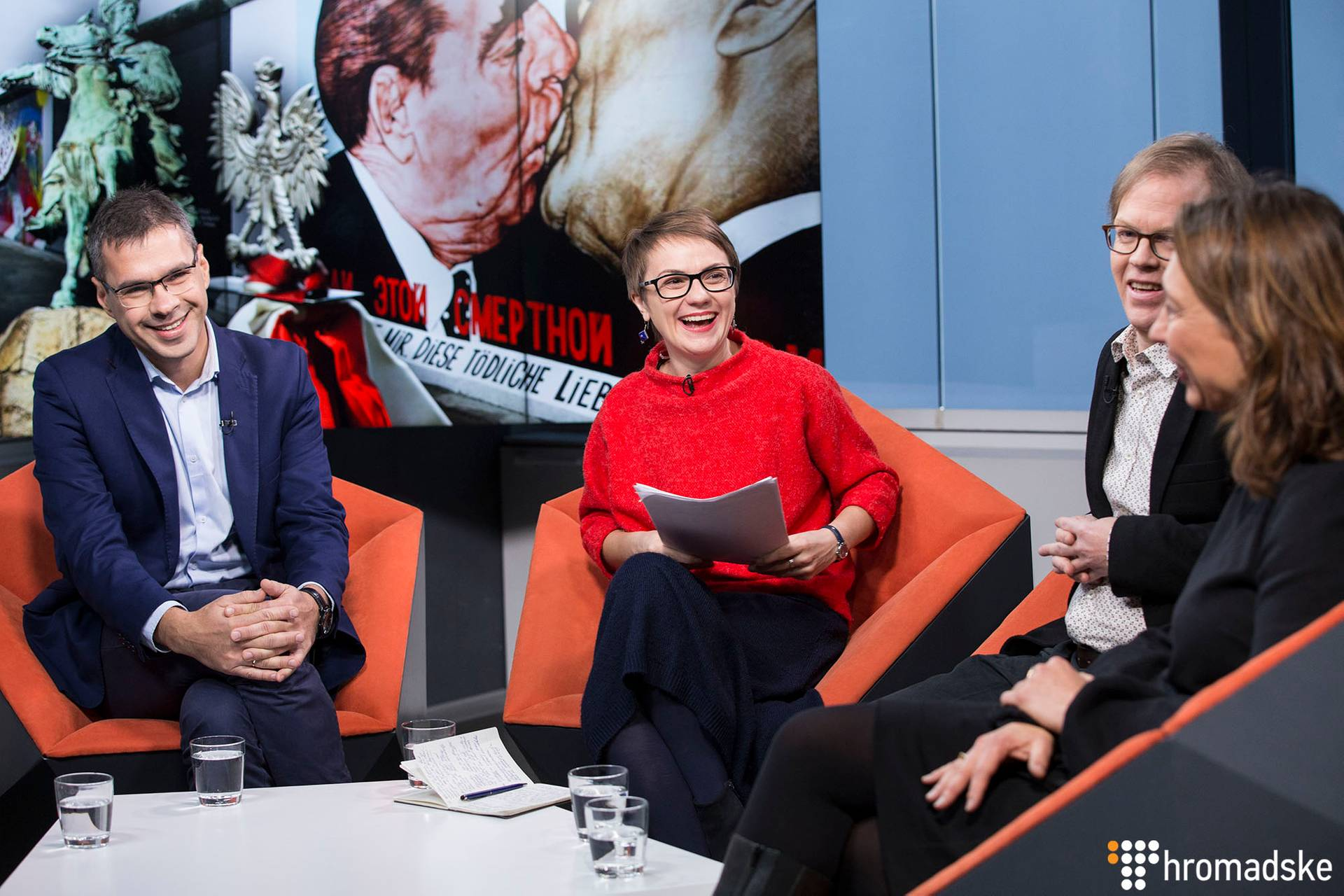Журналістка Громадського Наталія Гуменюк (в центрі) спілкується з чотирма журналістами з США, Польщі і Німеччини про те, чи справді ліберальні цінності в Європі під загрозою і що це означає, Київ, 24 листопада 2018 року